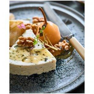 Pelėsinis sūris su virtomis kriaušėmis ir riešutais